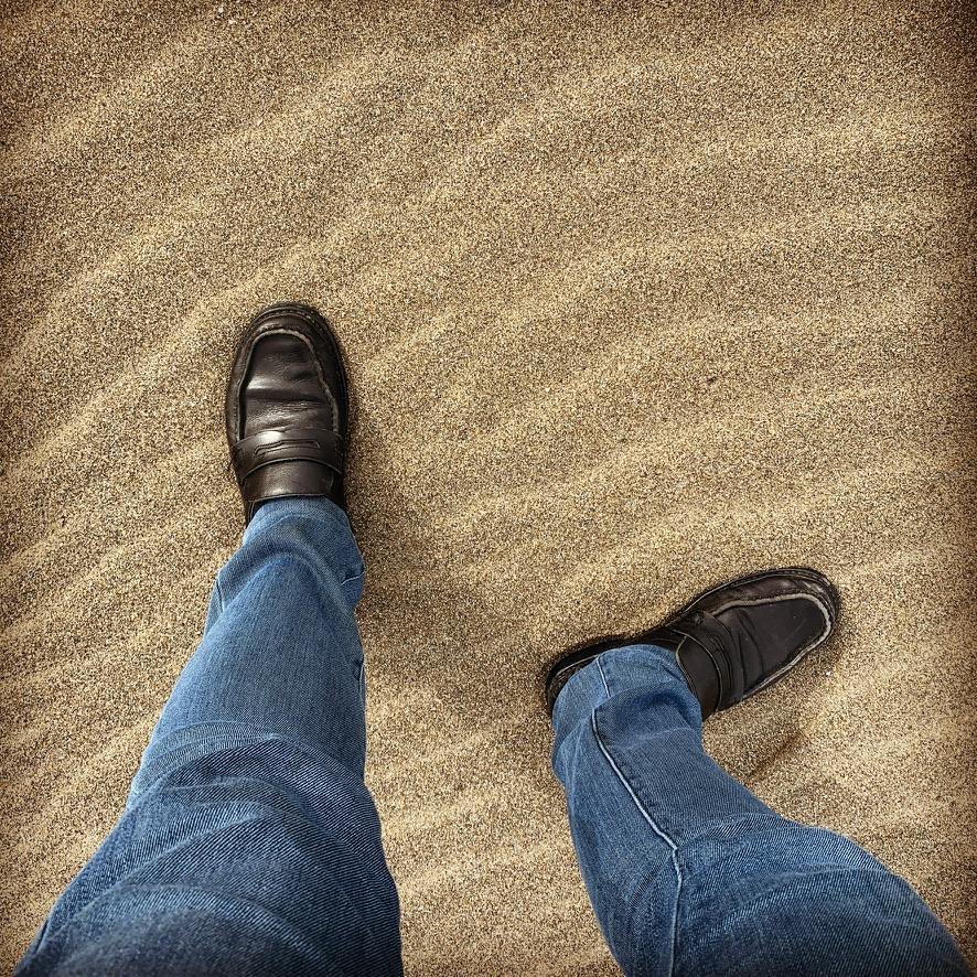 砂浜に革靴